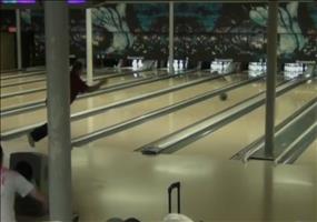 Noch ein Strike für das perfekte 300er Spiel beim Bowling