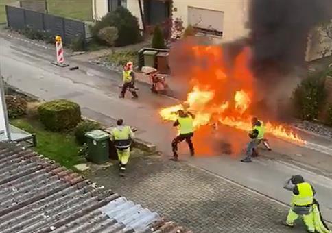 Die Jungs vom Straßenbau haben ein Feuerchen gemacht