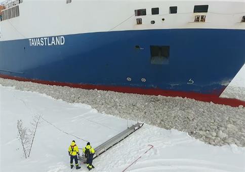 Noch schnell auf das Containerschiff aufspringen