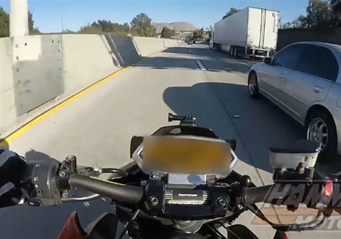 Knappe geht es nicht: Motorrad Unfall mit LKW