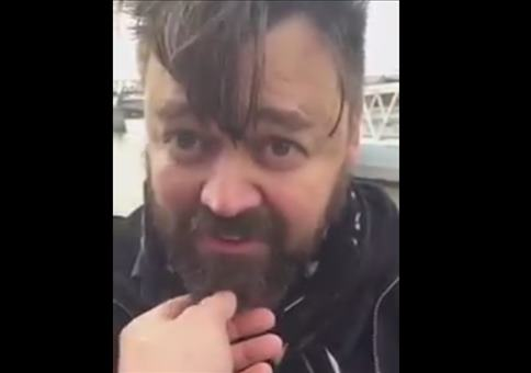 Fremder Leute Bart anfassen
