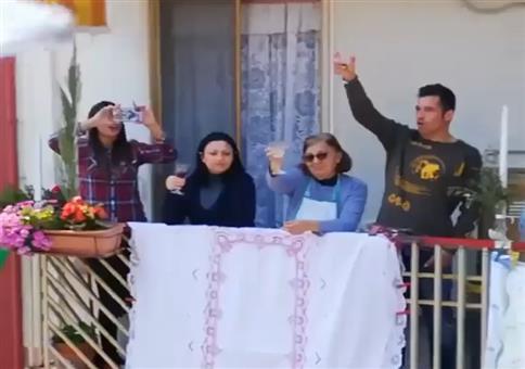 Italien feiert Ostern auf Balkonien