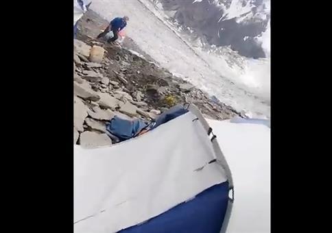 Plötzlicher Steinschlag im Zeltlager