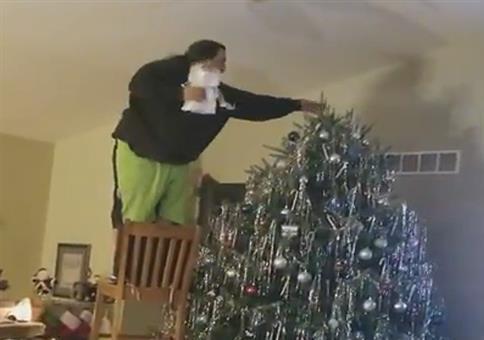 Wenn Papa den Weihnachtsbaum schmückt