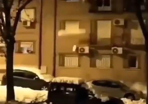 Schnee Tetris vom Dach