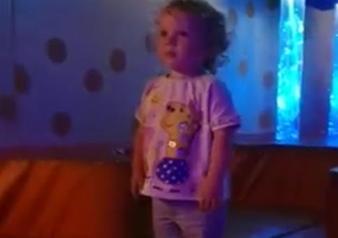 Kind im Schleudersitz