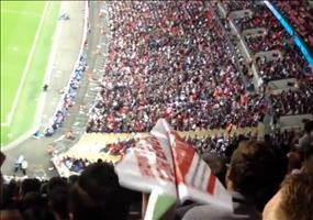 Papierflieger im Fußballstadion