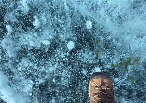 Psychedelischer Morgenspaziergang auf zugefrorenem See