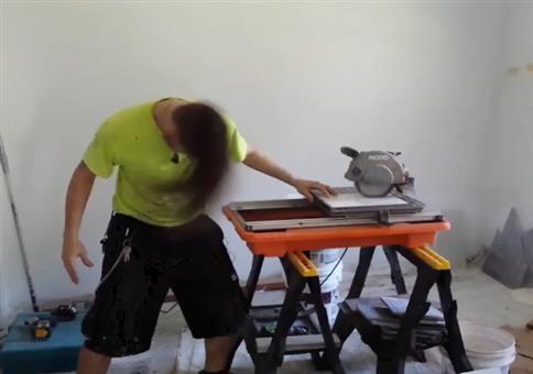 Heavy Metal Headbanger auf der Baustelle