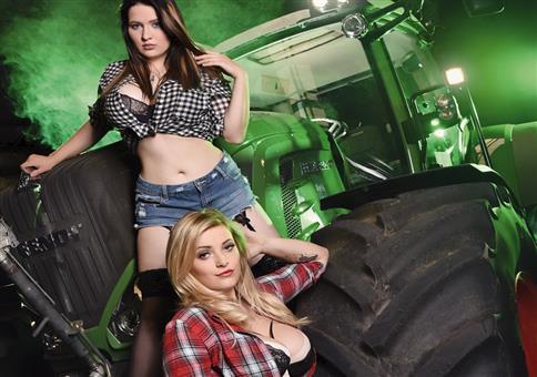 Heiße Frauen auf Traktoren