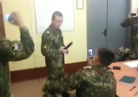 Russe macht n Elektroschocker Selfie