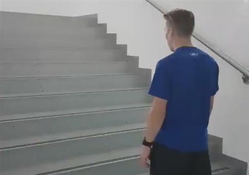 Treppe hochspringen