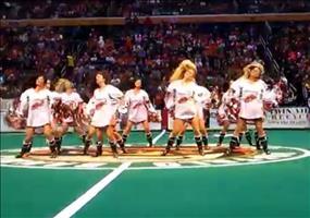 Cheerleaderin hat ein Problem mit ihrem Trikot