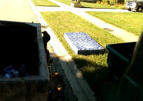 Die Matratze ist der Endboss des Müllwagenfahrers