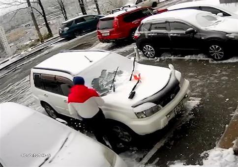 Neulich in Vladivostok beim Enteisen deines Autos