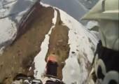 Mit dem Motorrad über einen schmalen Gebirgskamm