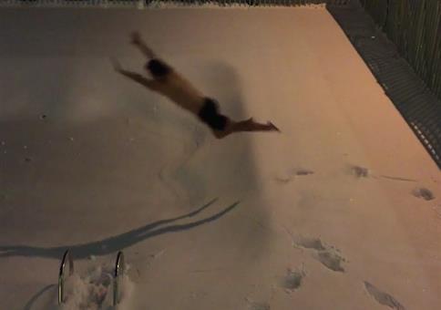In den zugeschneiten Pool springen