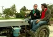 So fällt man lustig vom Traktor