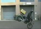 Pizzabote auf Motorroller macht Spässchen