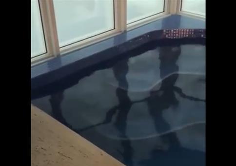Pool im Wolkenkratzer bei starken Sturm