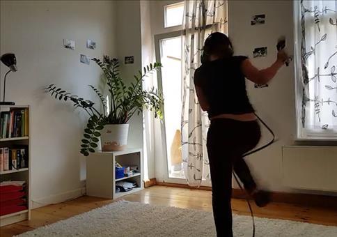 Im Wohnzimmer mit der Virtual-Reality-Brille unterwegs