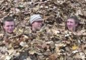 Spaß mit großem Blätterhaufen