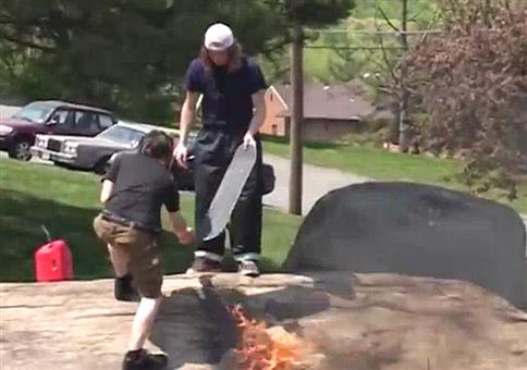 Genialer Skateboardtrick auf brennendem Felsen