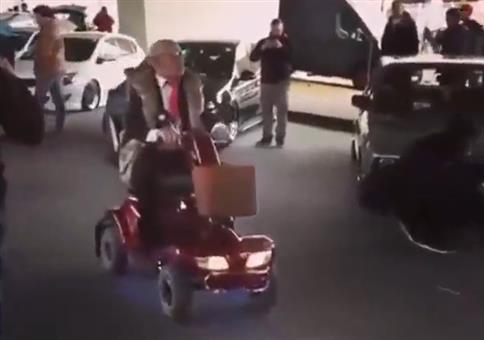 Hardcore Opa auf seinem Elektro-Scooter
