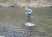 Ein Fluss, ein Stein, ein Idiot