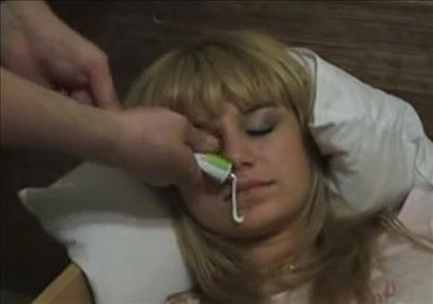 Spaß mit Schlafenden und Zahnpasta