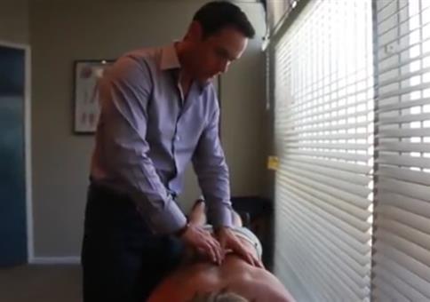 Chiropraktiker macht Knack in der Wirbelsäule