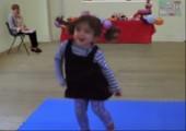 Kleines Mädchen findet schnell Nachahmer beim tanzen