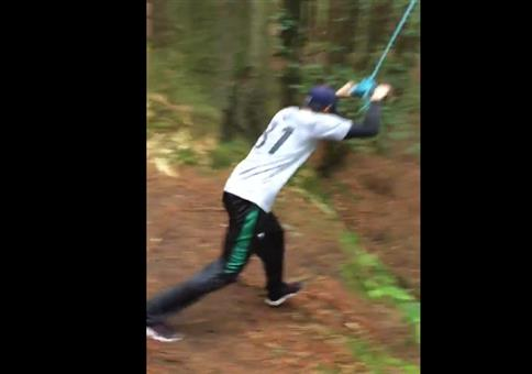 Am Seil im Wald schwingen