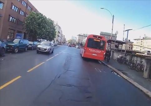 Die scharfen Augen eines Fahrgastes im Bus