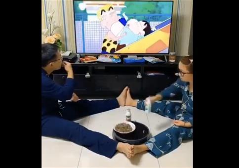 Zu dritt vor dem Fernseher essen