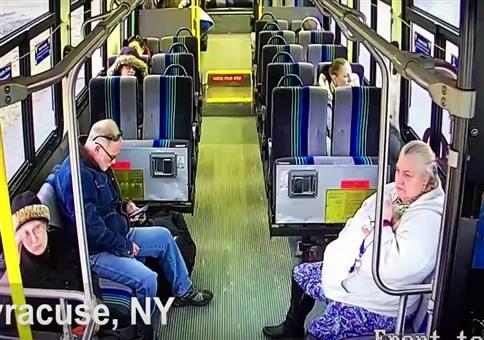 Pickup raucht in Linienbus