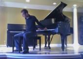 Klavier rücklings spielen