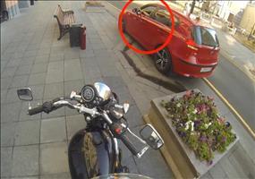 Motorradfaherin hält in Russland die Straßen sauber