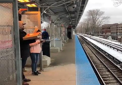 Damit die Pizza am Bahnsteig nicht kalt wird
