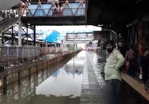 Wenn das Gleis am Bahnhof unter Wasser steht
