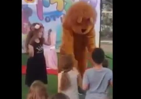 Der Partybär hat seinen Schwanz vorne