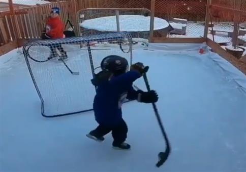 Kleiner Kanadier beim Eishockeytraining