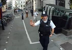 Londoner Polizist stoppt Radfahrer
