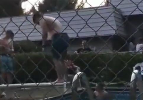 Körperklaus springt vom Brett in den Pool