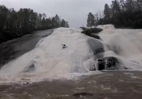 Mit dem Kajak springend den Wasserfall runter