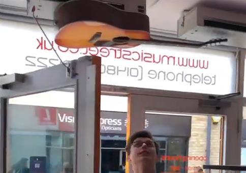 Musikladen spielt bei Eintritt die Beatles