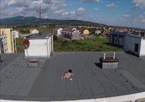 Drohne entdeckt was nettes auf einem Häuserdach