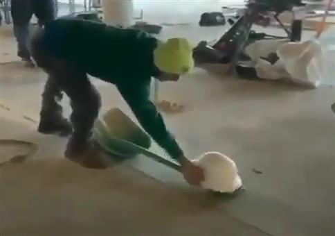 Sich mit der Schaufel den Helm aufsetzen