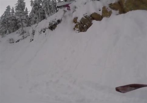 Mit dem Snowboard in den Tiefschnee springen