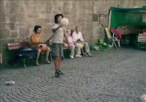 Straßenkünstler mit Ballgefühl